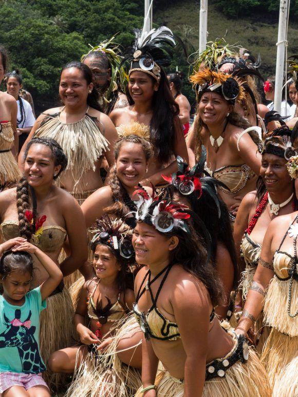 Vêtements et parures de plumes (Hawaii, Tahiti, Marquises)